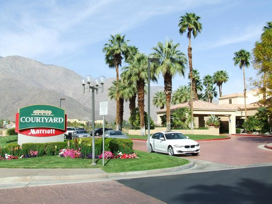 Courtyard Palm Springs: Entrance to the Hotel