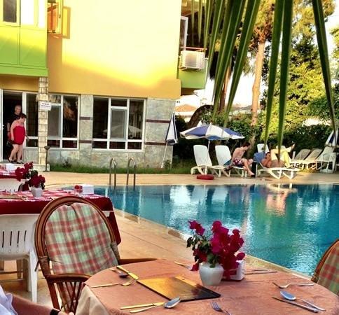Melis Otel: trevlig innergård med bord, både till frukost , lunch o kvällsmat!