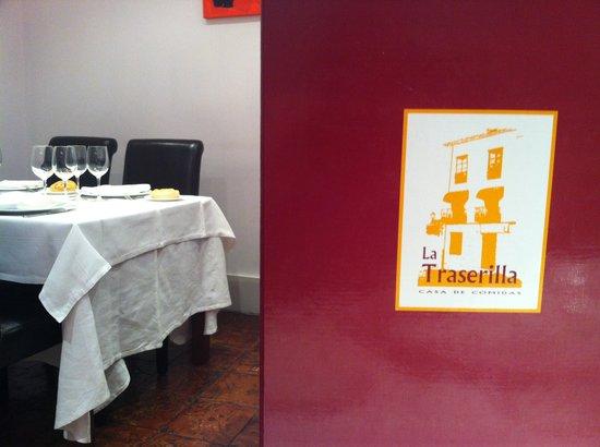 La Traserilla : Detalle de la carta y mesas del comedor