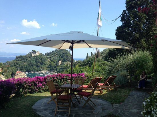 B&B Tre Mari Portofino: lawn area, sun beds and view of harbour