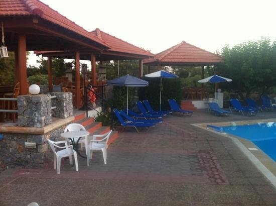 Hotel Gortyna: pool and a little bar
