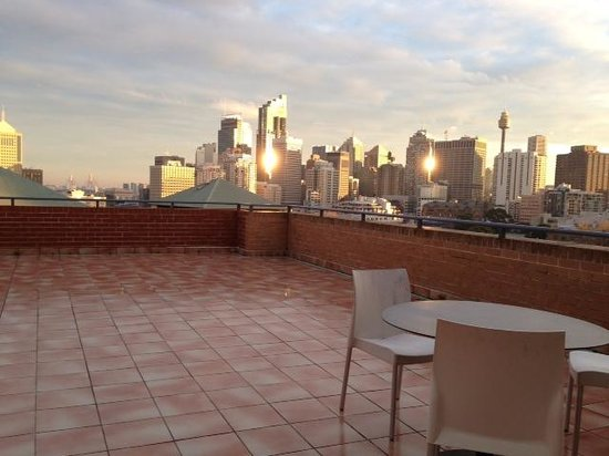 Adina Apartment Hotel Sydney Surry Hills : City view and patio