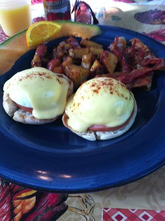 Coco Plum Inn Bed and Breakfast: Eggs Benny from the Inn