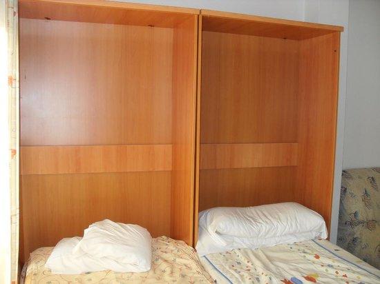 Apartamentos La Fonda: only to be discribed as door less wardrobes