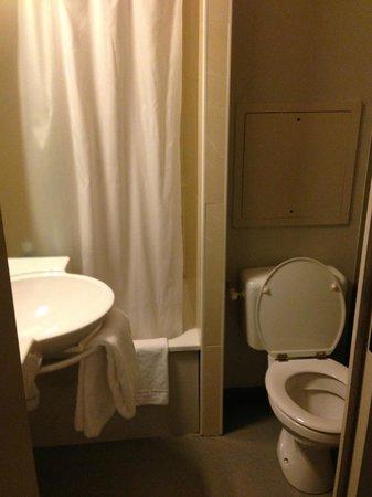 B&B Hotel Paris Malakoff Parc des Expositions : Tiny water closet