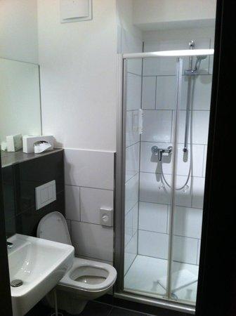 Von Korff's Rest & Relax Hotel : Sehr modern-stylisches Badezimmer. Top!!