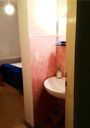 Hotel Naviglio: Lavandino ingresso camera
