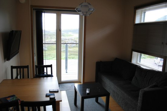 Katterjokk: Lägenheten med matbord, bäddsoffa, PlattTV, inbyggdvåningsäng med fönster, fullt utrustad köksde
