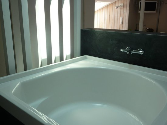 Hotel Moure: giant bathtub
