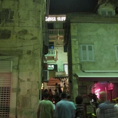 Hotel Slavija: entrance to hotel