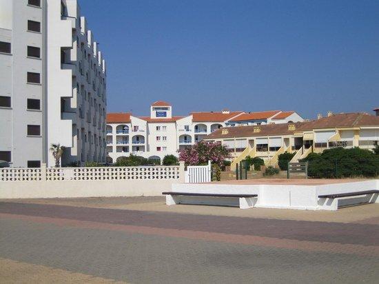 Residence Le Grand Bleu : vue de la résidence goélia depuis le bord de plage