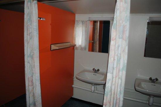 Lundhogda Camping og Motell: Damernas tvättrum i olika bås på rad