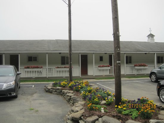 Smith's Colonial Motel: View facing the front of the motel.