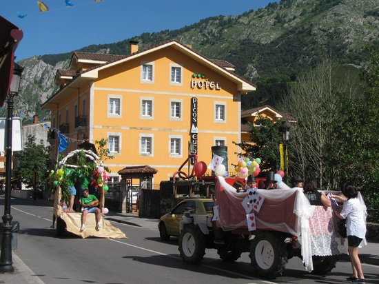 Hotel Picos de Europa: Another Exterior View, from the Main Street