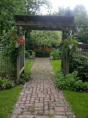 Victoria Gables Bed & Breakfast: Garden