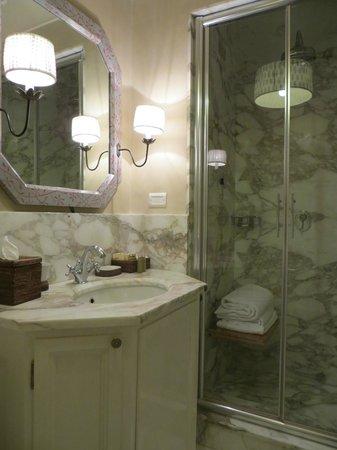 Antica Torre di Via Tornabuoni : Shower room in Romantic Suite