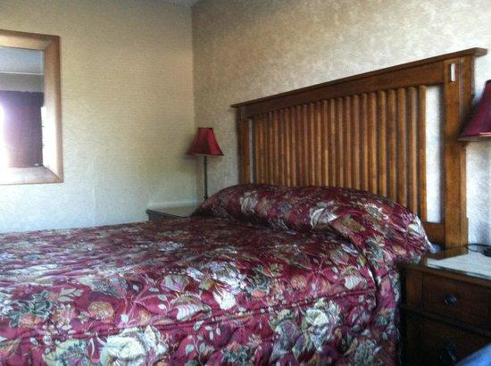 Sage n Sand Motel: comfy bed
