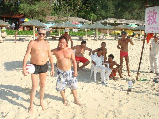 Dragon Bay Hotel: волейбол на пляже