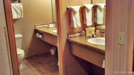 Best Western Ponderosa Lodge: 2 vanities.... nice!