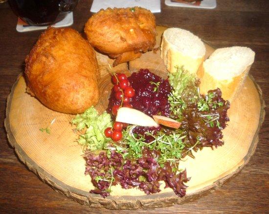 Oskar - Das Wirtshaus am Markt : frittellone con ripieno di camembert con marmellata di frutti rossi