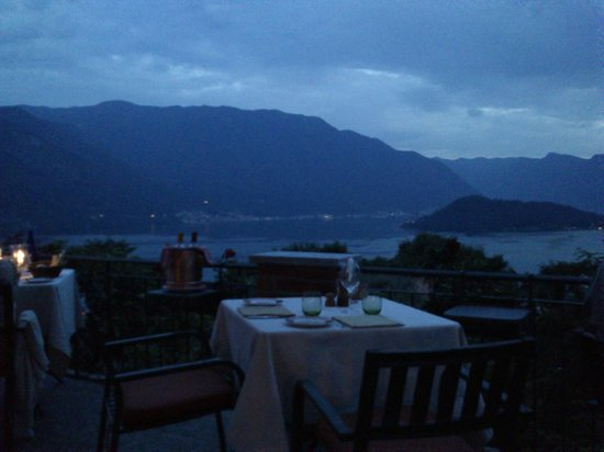 Al Veluu Ristorante & Suites : The views and the empty table in front of us