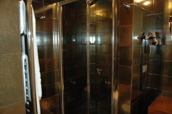 Hotel Metropolis - Chateaux & Hotels Collection: la salle de bain qui a une taille tout a fait raisonnable (attention la porte n'a pas de verrou