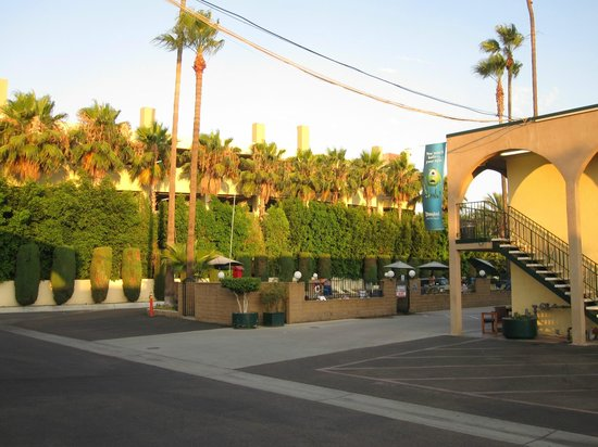 Kings Inn Anaheim: From parking lot, looking towards pool area.