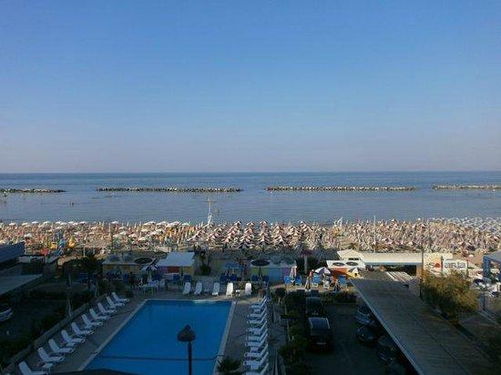 Hotel Italia: Blick vom Balkon auf Strand und Meer