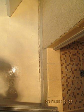 Western Inn Motel: mouldy floor at shower entry