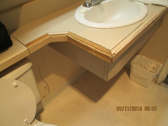Western Inn Motel: bathroom sink vanity in terrible condition