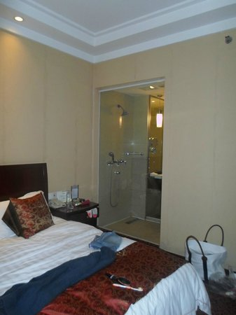 Emeishan Grand Hotel : Shower curtain between room and bathroom