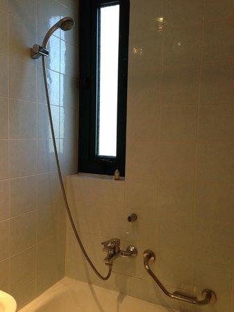 Glyfada Hotel: Bathtub - a bit old but worked just fine