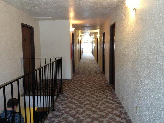 Elizabeth Inn and Convention Center: hallway