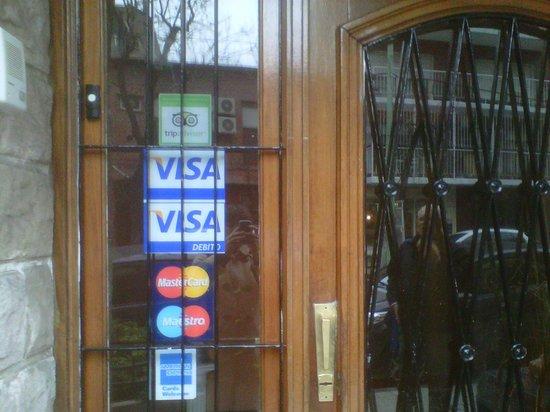 Biarritz Hotel B&B: Puerta principal de entrada