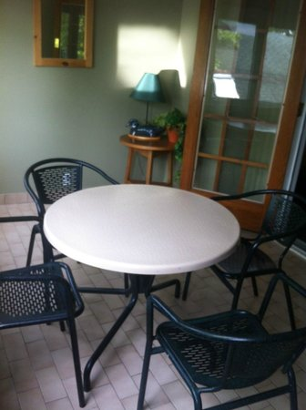 Rocky Crest Golf Resort: Patio set
