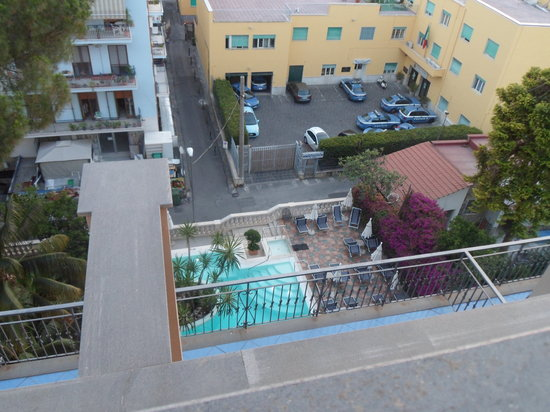 Hotel Zi Teresa: View of the pool from the roof