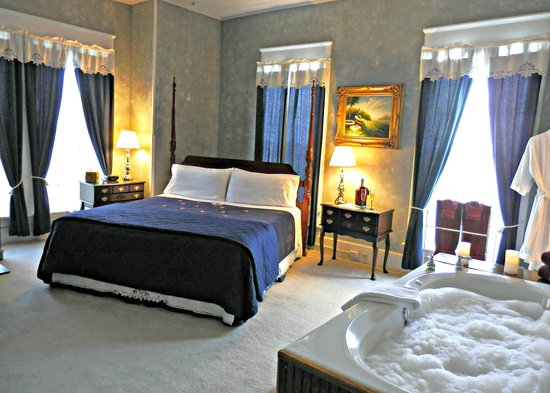 Americus Garden Inn Bed & Breakfast: Jacuzzi Suite, perfect for those who love a whirlpool tub.