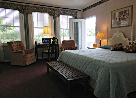 Americus Garden Inn Bed & Breakfast: Balcony Suite, King room with a private balcony overlooking the koi pond and garden.