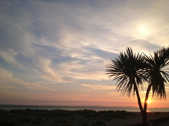 Mor Wyn Guest House: sunset shot from the beach just over the road from the hotel - who needs Greek Islands?!!