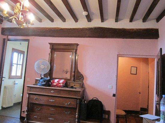 Hostellerie le Beffroi: Room needing upgrade
