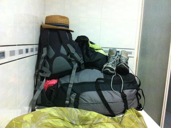 Times' Budget Hotel: entreposer ses affaire sur le lit évite les que les bêtes au sol viennent dedans