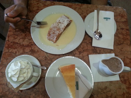 Cafe Einstein: Strudel, new York cheesecake and hot chocolate
