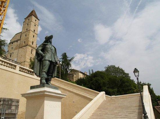 Cathedrale Sainte Marie: beeld van d,artagnan