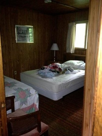 Trout Lake Resort: main bedroom cabin #6
