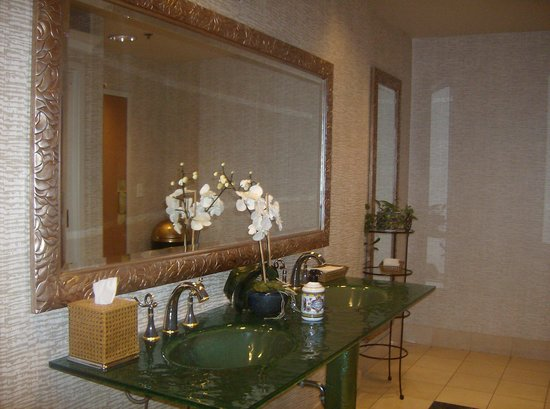 Wingate by Wyndham Atlanta/Buckhead : THIS IT THE GUEST BATHROOM! IKR