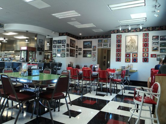 Debby's Diner : More of the dining room