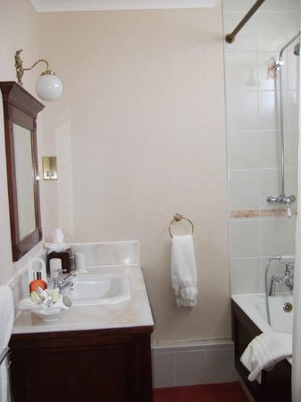 The Grand Hotel Eastbourne : Our bathroom on the first visit with fluffy bathrobes