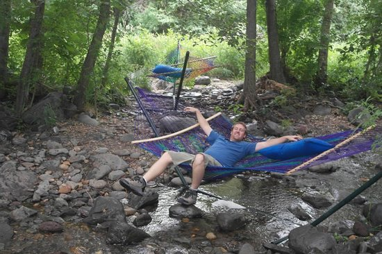 Oak Creek Terrace Resort: Hammock at the creek behind the hotel.