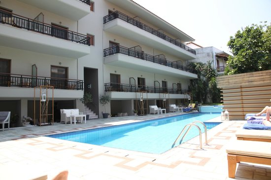 Bourtzi Boutique Hotel: Swimming pool and back yard
