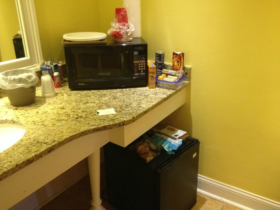 Sea & Breeze Hotel: Microwave fridge